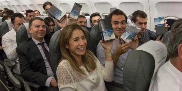 西班牙航班上200名飞机乘客每人免费获赠一台三星Note 8